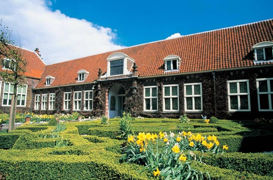 """O <a href=""""http://viajeaqui.abril.com.br/estabelecimentos/holanda-amsterda-atracao-museu-frans-hals-em-haarlem"""" rel=""""Museu Frans Hals"""" target=""""_blank"""">Museu Frans Hals</a> contém inúmeras obras do pintor de mesmo nome, bem como de outros artistas do séculos 16 e 17, quando Haarlem, a apenas 20 quilômetros de Amsterdã, era uma cidade próspera e centro cultural e artístico"""