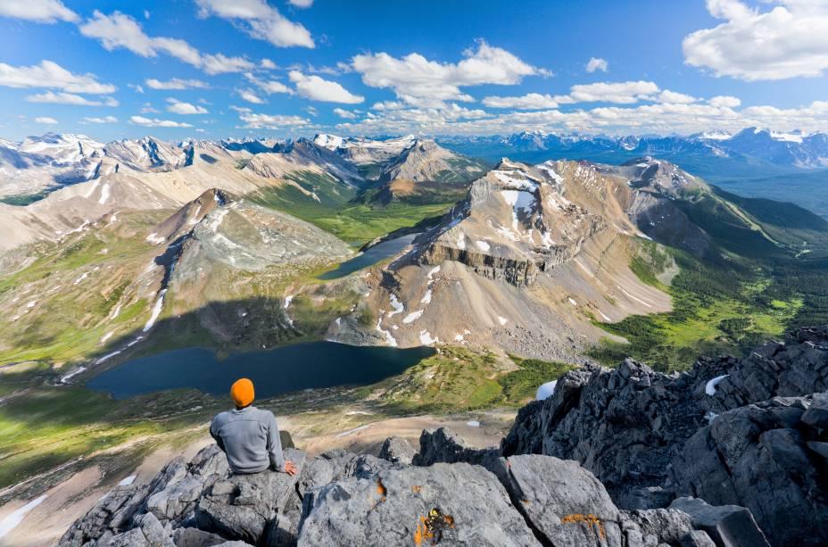 <strong>Trilha Skoki</strong>        A trilha tem 34km e deve ser percorrida em no mínimo 2 dias, com pausa para dormir às margens do Lago Baker. A elevação é de 1.136m, mas para quê pressa de chegar quando a paisagem é essa da foto? Devagar e sempre, essa trilha vale a pena para quem tem tempo e fôlego