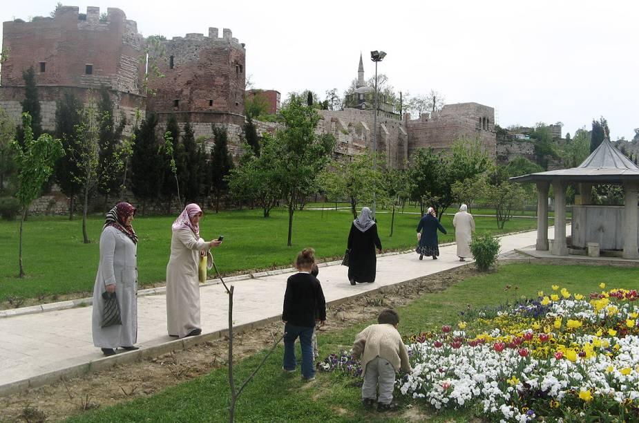 Além de belos jardins, a praça Eyüp - onde fica a mesquita de mesmo nome - fica em uma colina com uma vista para o Bósforo