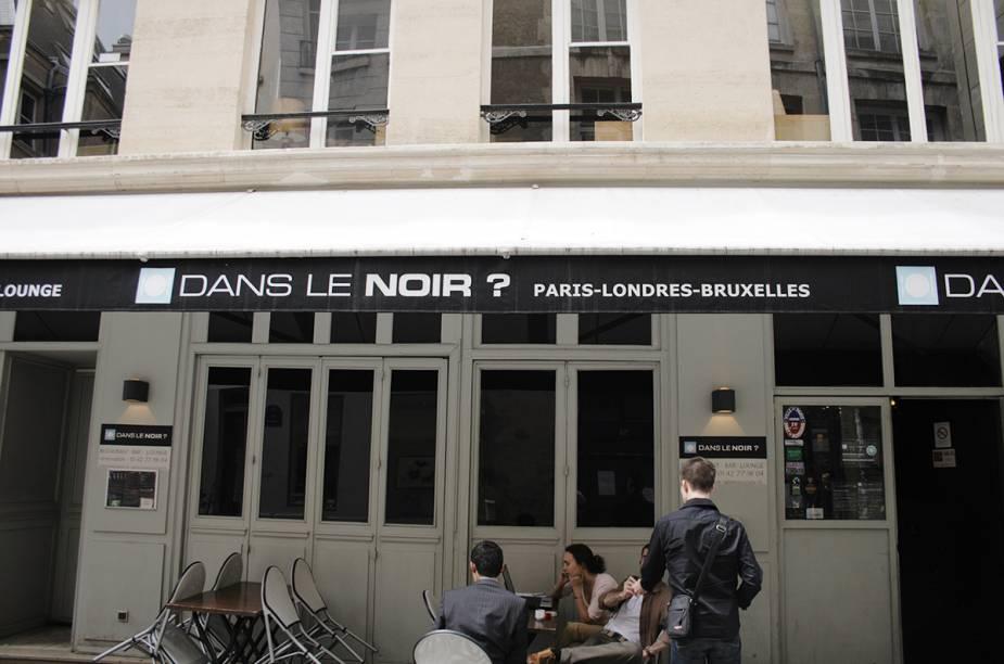 """Quem passa pela simples fachada do <a href=""""https://www.danslenoir.com/en/"""" target=""""_blank"""" rel=""""noopener"""">Dans Le Noir</a> mal imagina o que se passa lá dentro. A rede de restaurantes é especialista em """"experiências cegas"""". O restaurante convida o cliente para uma refeição na escuridão total e ter uma experiência única. A proposta do local é proporcionar uma jornada por meio dos outros sentidos, principalmente olfato e paladar, assim como abrir a cabeça das pessoas para uma reflexão sobre a """"visão"""". Apesar de o prato ser surpresa, antes de entrar no ambiente escuro, o cliente escolhe o tipo de prato que quer (frutos do mar, carne, vegetariano ou """"surpresa do chefe"""") e especifica se tem algum tipo de alergia, para que não haja nenhum acidente. A partir de então começa a experiência. Alguns garçons são deficientes visuais, e as bebidas são harmonizadas de acordo com o prato misterioso. Nem pense em dar uma de espertinho e levar celular para fazer um #instafood: celulares e objetos que emitem luzes são recolhidos na entrada"""