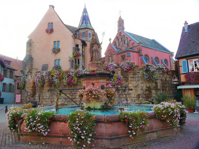 No coração dos vinhedos alsacianos, mais do que adorada por turistas, são os próprios franceses quem amam Eguisheim. A comuna já recebeu prêmios e foi considerada a cidade mais bonita da França