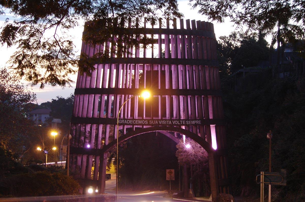 Pórtico de entrada da cidade de Bento Gonçalves (RS), que tem o formato de um barril de vinho