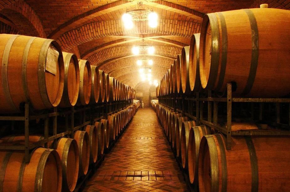 A quantidade de tonéis de carvalho da vinícola Salton, em Bento Gonçalves (RS), impressiona os visitantes