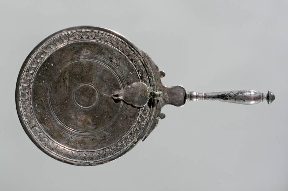 Espelho utilizado no período do Império Romano, em exibição no Masp