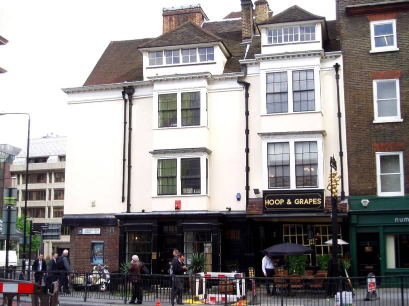 <strong>The Hoop and Grapes</strong>        Se o pub The Albert, citado antes nesta reportagem, havia sobrevivido aos bombardeios alemães, este aqui resistiu ao grande incêndio de 1666. Na carta de real ales, nomes como Doombar, Fuller's London Pride e a memoravelmente saborosa Dana. <em>47 Aldgate High St., Aldgate </em>