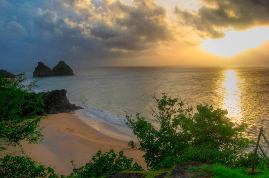 """<strong><a href=""""http://viajeaqui.abril.com.br/estabelecimentos/br-pe-fernando-de-noronha-atracao-praia-do-boldro"""" rel=""""Praia do Boldró - Fernando de Noronha (PE)"""" target=""""_blank"""">Praia do Boldró - Fernando de Noronha</a></strong>        A praia é mais indicada para ver o pôr do sol (das ruínas do Forte São Pedro do Boldró) do que para banho. Na maré alta as pedras ficam cobertas e o mar torna-se perigoso para banho, na maré baixa as piscinas naturais aparecem."""
