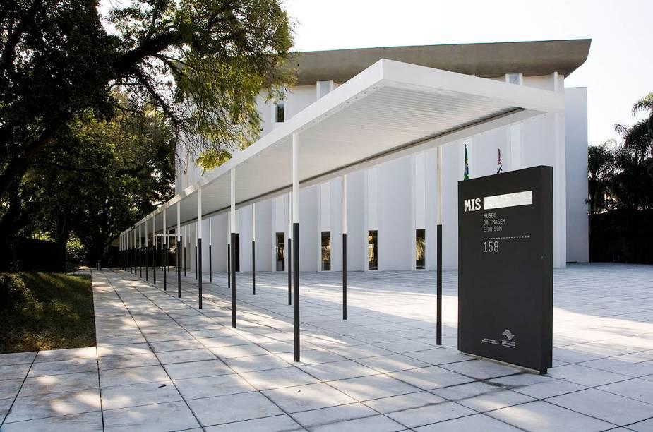 Fachada do Museu da Imagem e do Som - no imenso jardim ao redor do prédio estão dispostas esculturas dos mais variados tipos