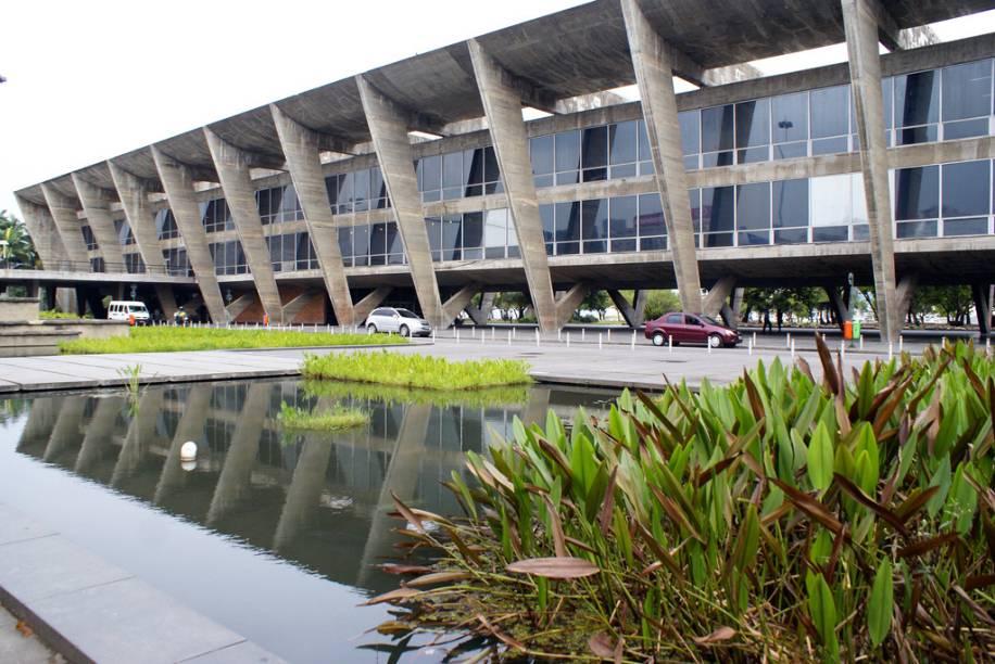 Prédio do <strong>Museu de Arte Moderna (MAM)</strong>, construção de 1954 no aprazível Aterro do Flamengo.
