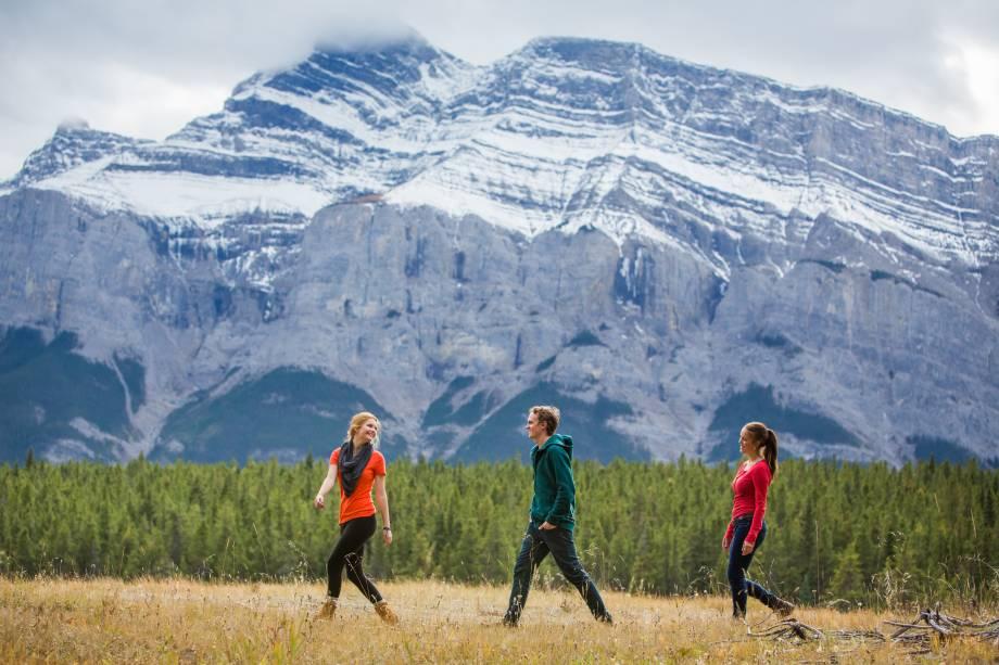 """<strong>Monte Rundle</strong>        Este """"monte"""" na verdade pode ser considerado uma pequena cordilheira, pois se estende por 12km. Ele fica bem atrás da Montanha Cascade, a sul, de cara para a cidade de Banff"""