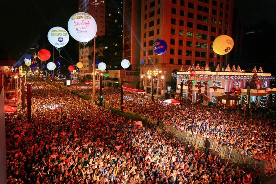 No dia 31 de dezembro, milhões de pessoas se reúnem na Avenida Paulista para assistir aos shows e a tradicional queima de fogos que anuncia a chegada do Ano-Novo
