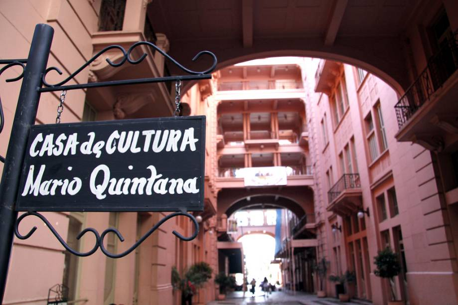 A Casa de Cultura Mário Quintana tem salas de exposições temporárias, acervo sobre Mário Quintana, biblioteca, cinema e teatro