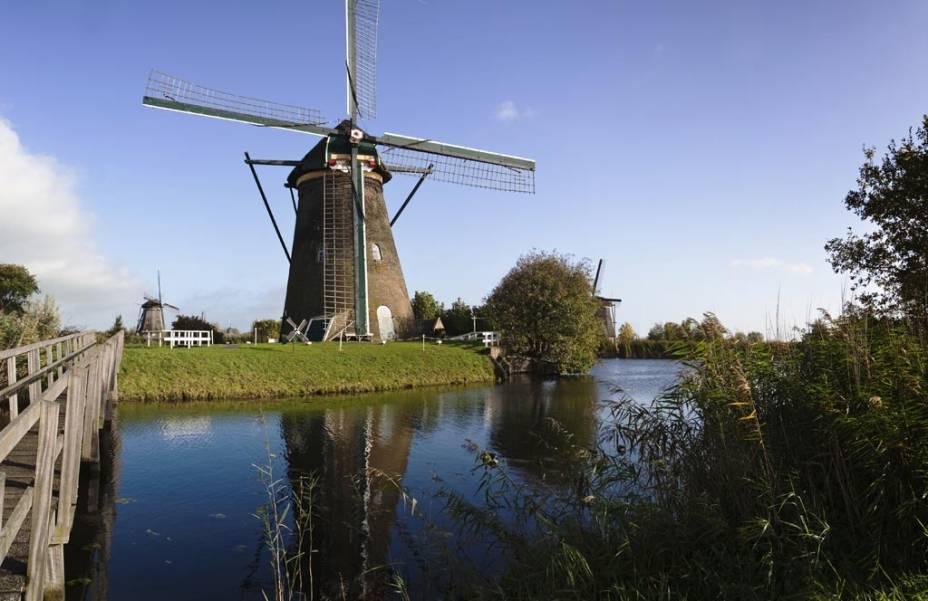 """Os moinhos de <a href=""""http://viajeaqui.abril.com.br/estabelecimentos/holanda-amsterda-atracao-moinhos-em-kinderdijk"""" rel=""""Kinderdijk"""" target=""""_blank"""">Kinderdijk</a>, a 95 quilômetros de Amsterdã, cuja função principal e fundamental é bombear a água de represas e canais, são hoje patrimônio da humanidade"""