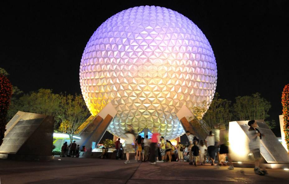 Vista noturna da Spaceship Earth no parque temático Epcot Center, em Orlando
