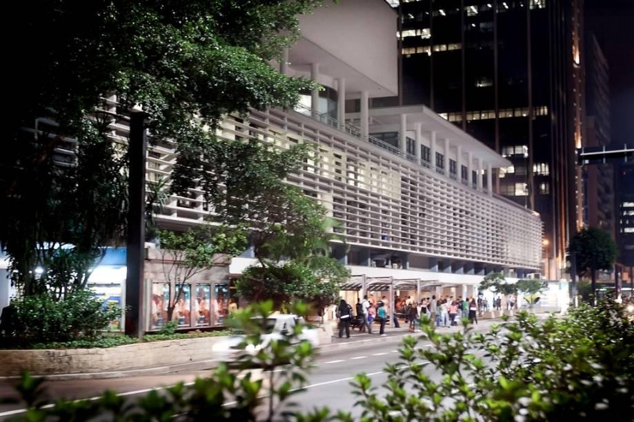 Inaugurado em dezembro de 1958, o Conjunto Nacional reúne cinema, teatro, centro comercial com 66 estabelecimentos, dois edifícios com 485 multinacionais e empresas de médio porte, além de um prédio residencial com 47 apartamentos