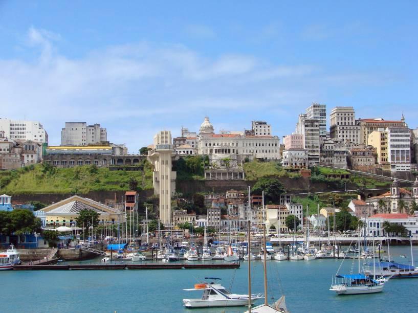 Vista da Cidade Baixa e do Centro Histórico de Salvador com o Elevador Lacerda