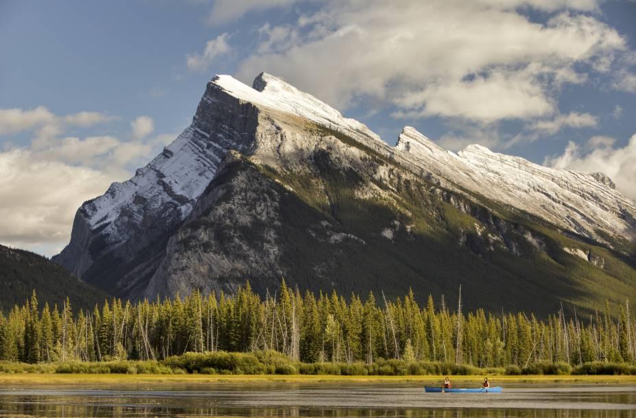 <strong>Lagos Vermilion</strong>        Localizados a oeste de Banff, são na verdade três lagos chamados Vermilion. Eles se abrem no vale do rio Bow, aos pés do Monte Norquay. Na foto, você vê os montes Rundle e Sulphur