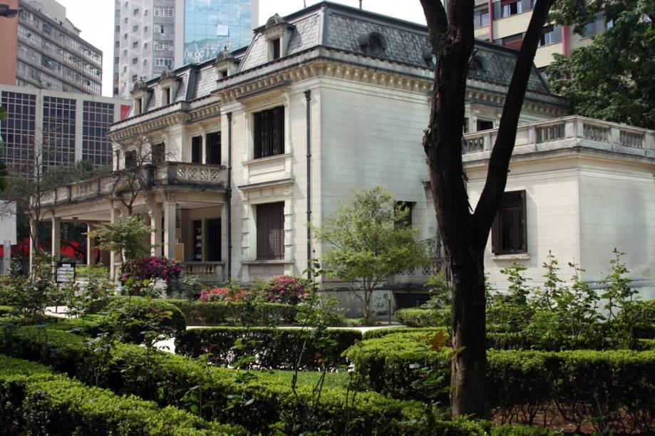 """<strong><a href=""""http://viajeaqui.abril.com.br/estabelecimentos/br-sp-sao-paulo-atracao-casa-das-rosas"""" rel=""""Casa das Rosas"""" target=""""_blank"""">Casa das Rosas</a></strong>                O palacete projetado pelo arquiteto Ramos de Azevedo destoa dos arranha-céus que dominam a paisagem da <a href=""""http://viajeaqui.abril.com.br/estabelecimentos/br-sp-sao-paulo-atracao-avenida-paulista"""" rel=""""mais famosa avenida da cidade, a Paulista"""" target=""""_blank"""">mais famosa avenida da cidade, a Paulista</a>. As exposições são voltadas para o universo da literatura, assim como os cursos oferecidos pela instituição, que focam na formação de novos autores para a literatura do país. Sua biblioteca, especializada em poesia, é um bom lugar para estudar. No quintal, há um charmoso café, com mesinhas ao ar livre"""