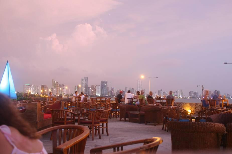 O Cafe del Mar, em Cartagena, promete uma festa de ano novo do alto de suas muralhas, com vista para o skyline da cidade