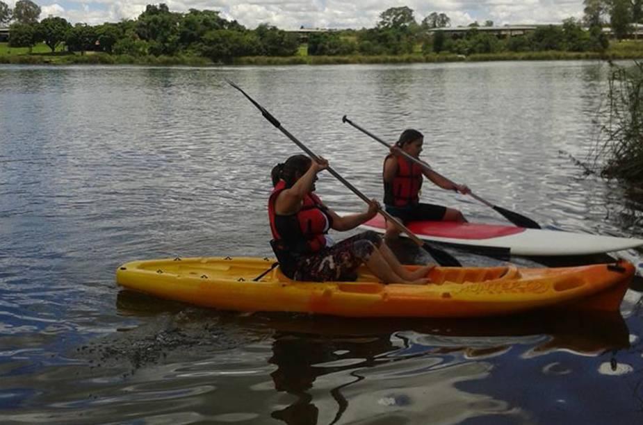 Turistas divertem-se em passeio de caiaque, na Lagoa Feia