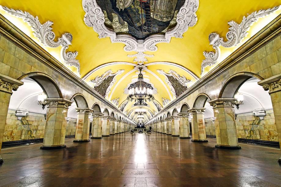 """<strong>Soviet megalô</strong>O metrô de <a href=""""http://viajeaqui.abril.com.br/cidades/russia-moscou"""" rel=""""Moscou"""" target=""""_blank"""">Moscou</a> foi um dos primeiros a incorporar a arte a suas estações. Mas, ao contrário da maioria de seus colegas moderninhos mundo afora, o negócio ali é grandioso, extravagante – expressão de um projeto arquitetónico ordenado por Stálin. E tome lustres, afrescos, paredes e colunas de mármore. A estação Komsomolskaya é uma das mais vistosas, com frufrus e mosaicos que mostram as maiores vitórias militares da <a href=""""http://viajeaqui.abril.com.br/paises/russia"""" rel=""""Rússia"""" target=""""_blank"""">Rússia</a>. Tem esse jeitão aí, de salão de festas palaciano"""
