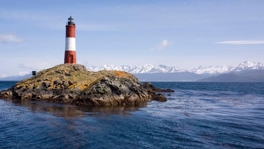 O Farol do Fim do Mundo, na baía do Canal de Beagle, guia os navegantes rumo à Ushuaia. O canal recebeu o nome do navio em que o naturalista inglês Charles Darwin navegou pela região em 1832