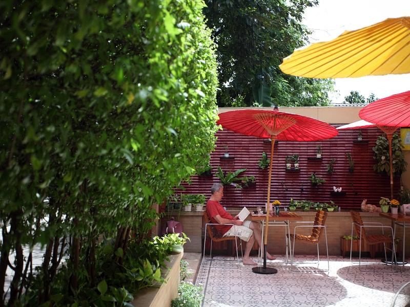 As refeições no Baan Dinso são servidas no arejado espaço em frente ao albergue, onde são servidos pratos caprichados da cozinha tailandesa