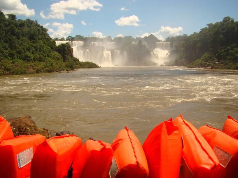 No passeio Macuco Safári, o turista vê as cataratas do nível do rio, além de chegar bem perto da Garganta do Diabo e do Salto Três Mosqueteiros