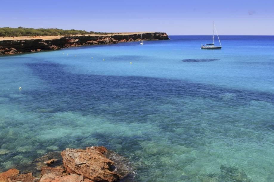 Durante o percurso até a ilha, as embarcações param nas piscinas naturais para um mergulho com máscara e snorkel