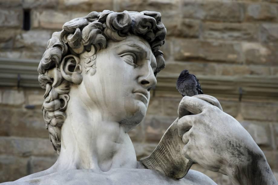 "Detalhe da cópia da estátua de Davi, de Michelangelo, na <strong>Piazza de la Signoria</strong>. A obra original fica na <a href=""http://www.galleriaaccademiafirenze.beniculturali.it/"" target=""_blank"" rel=""noopener""><strong>Galleria dell'Academia</strong></a>"