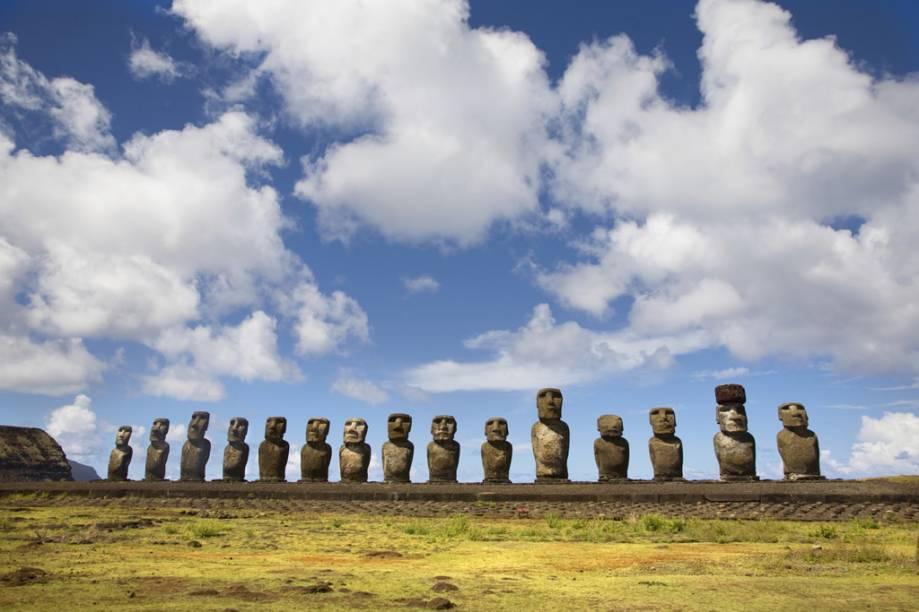 O Ahu Tongariki, sequência de 15 moais de costas para a praia Hotuiti, é o maior monumento de todo o Pacífico Sul