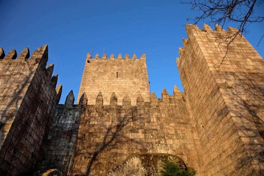 O primeiro rei de Portugal, Dom Afonso Henriques, nasceu no <strong>Castelo de Guimarães </strong>em 1110. A fortaleza abriga um museu com belas tapeçarias