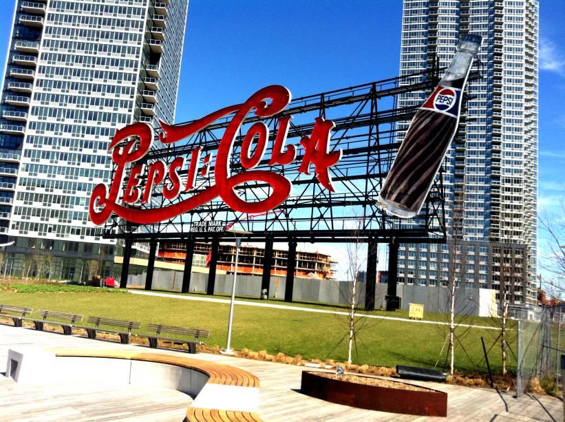 O famoso e conservado letreiro da Pepsi-Cola, em Long Island City, no Queens, que passa por rápida expansão imobiliária