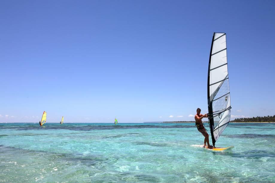 Paraíso para os amantes dos esportes náuticos como windsurfe, kitesurfe e parasail que deslizam sobre o mar transparente