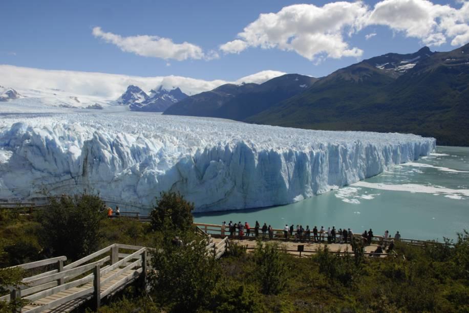 Na passarela de madeira, os visitantes veem os blocos que se desprendem da Geleira Perito Moreno e caem no lago, produzindo sons ensurdecedores