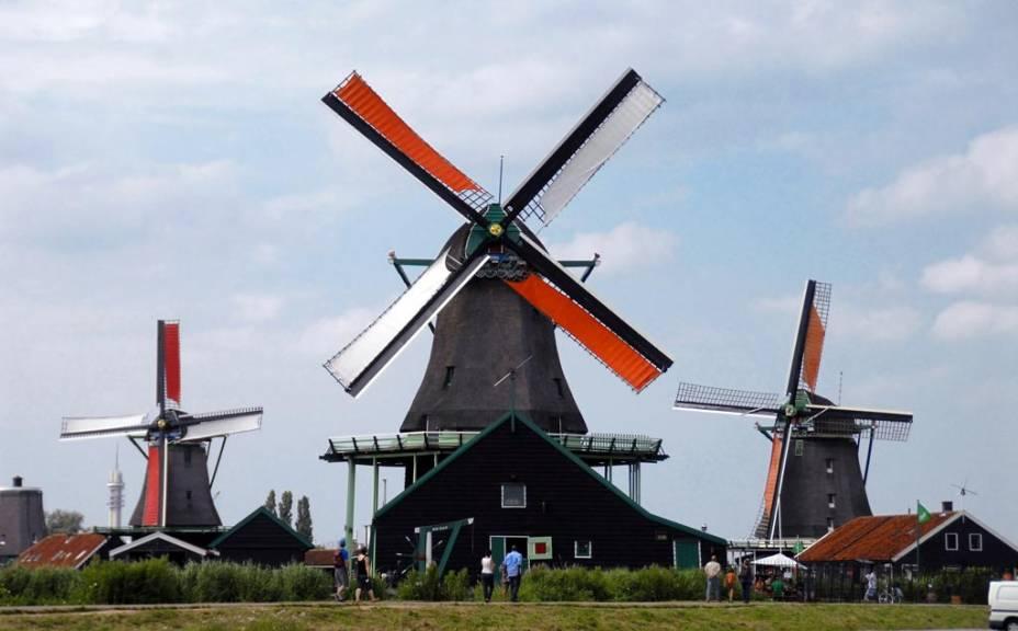 """Os moinhos de <a href=""""http://viajeaqui.abril.com.br/estabelecimentos/holanda-amsterda-atracao-zaanse-schans-e-volendam"""" rel=""""Zaanse Schans"""" target=""""_blank"""">Zaanse Schans</a> são atração principal da pequena vila nos arredores de Amsterdã"""
