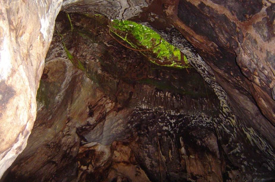 A trilha fácil para a Cachoeira da Iracema reserva surpresas no caminho - como as interessantes formações rochosas da foto