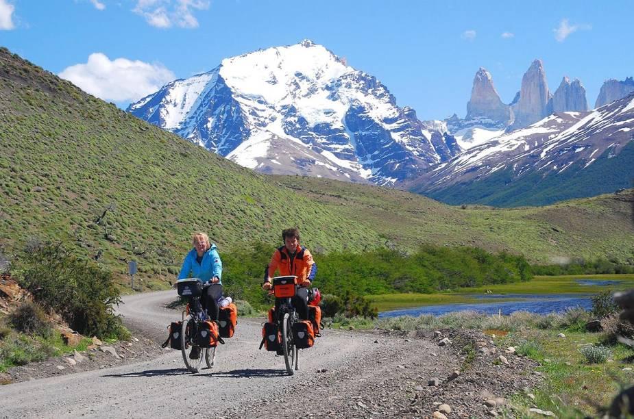 Casal pratica ciclismo no Parque Nacional Torres del Paine, no sul do Chile