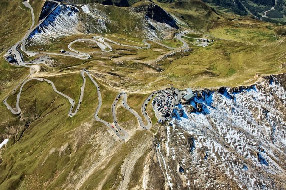 Rodovia atravessando os Alpes em Grossglockner