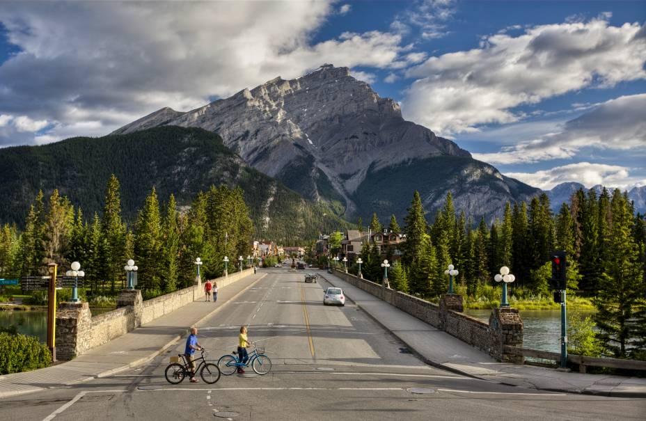 <strong>Cidade de Banff</strong>        A melhor vista para a Montanha Cascade é, sem dúvida, a própria rua principal de Banff. Ela recepciona os turistas e antecipa as belas paisagens que poderão ser vistas nos arredores
