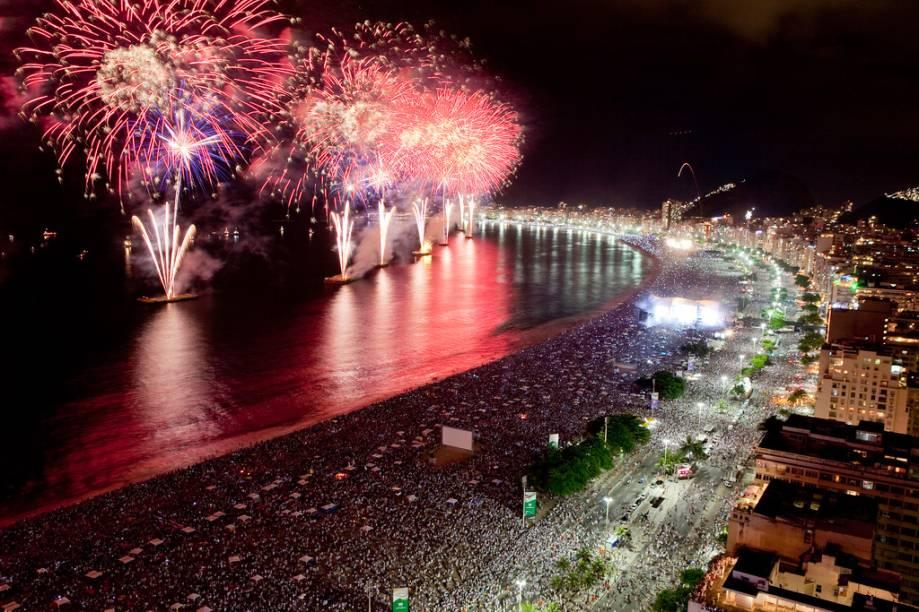 Para amenizar a concentração em Copacabana, a prefeitura promove shows e queima de fogos na Barra da Tijuca, Pedra da Guaratiba e Ilha do Governador
