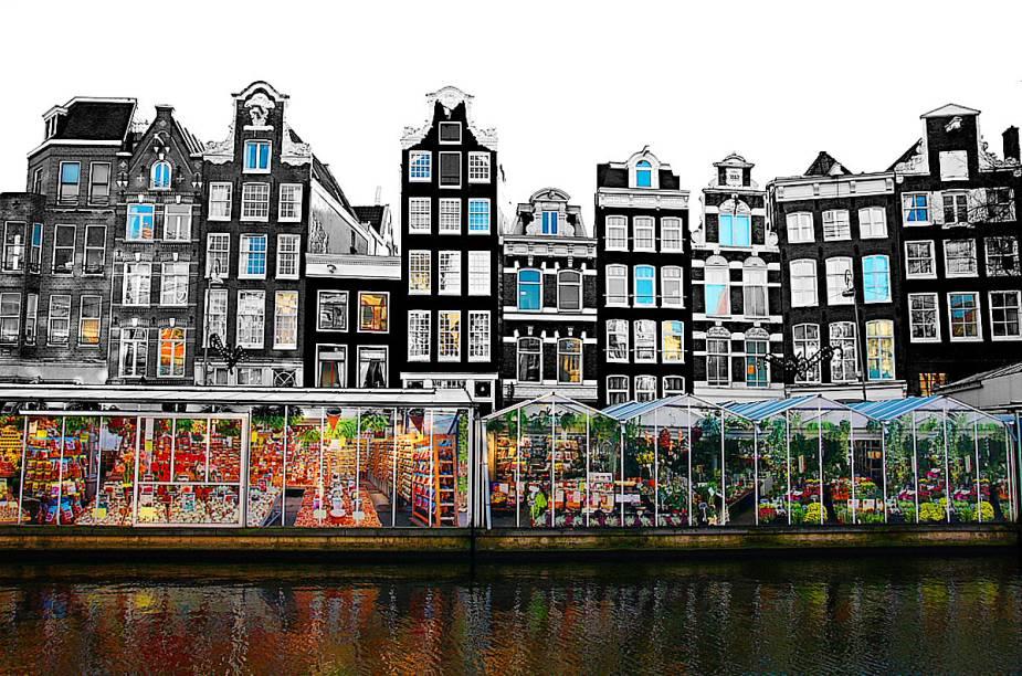 """Vista do <a href=""""http://viajeaqui.abril.com.br/estabelecimentos/holanda-amsterda-atracao-mercado-de-flores"""" rel=""""Mercado de Flores"""" target=""""_blank"""">Mercado de Flores</a> de Amsterdã, um dos mais famosos do planeta"""