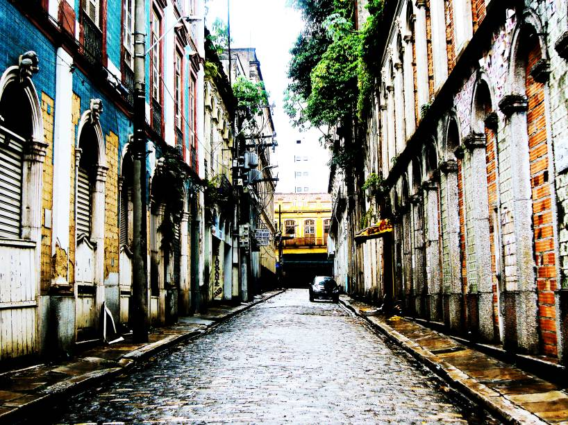 """<a href=""""http://viajeaqui.abril.com.br/cidades/br-pa-belem"""" rel=""""Belém (PA) """" target=""""_blank""""><strong>Belém (PA) </strong></a>    Belém do Pará está pronta para receber o mundo. Além da gastronomia ímpar, suas principais atrações, o <a href=""""http://viajeaqui.abril.com.br/estabelecimentos/br-pa-belem-atracao-mercado-ver-o-peso"""" rel=""""Mercado Ver-o-Peso"""" target=""""_blank"""">Mercado Ver-o-Peso</a>, a <a href=""""http://viajeaqui.abril.com.br/estabelecimentos/br-pa-belem-atracao-estacao-das-docas"""" rel="""" Estação das Docas"""" target=""""_blank"""">Estação das Docas</a>, o <a href=""""http://viajeaqui.abril.com.br/estabelecimentos/br-pa-belem-atracao-mangal-das-garcas"""" rel=""""Mangal das Garças"""" target=""""_blank"""">Mangal das Garças</a> e o <a href=""""http://viajeaqui.abril.com.br/estabelecimentos/br-pa-belem-atracao-theatro-da-paz"""" rel=""""Theatro da Paz"""">Theatro da Paz</a>, fazem a viagem valer a pena. Com tempo é mais do que válido esticar a viagem até <a href=""""http://viajeaqui.abril.com.br/cidades/br-pa-alter-do-chao"""" rel=""""Alter do Chão"""" target=""""_blank"""">Alter do Chão</a> ou <a href=""""http://viajeaqui.abril.com.br/cidades/br-pa-ilha-de-marajo"""" rel=""""Marajó"""" target=""""_blank"""">Marajó</a>    <a href=""""http://www.booking.com/city/br/belem.pt-br.html?aid=332455&label=viagemabril-voltapelobrasil"""" rel=""""Veja hotéis em Belém no booking.com"""" target=""""_blank""""><em>Veja hotéis em Belém no booking.com</em></a>"""