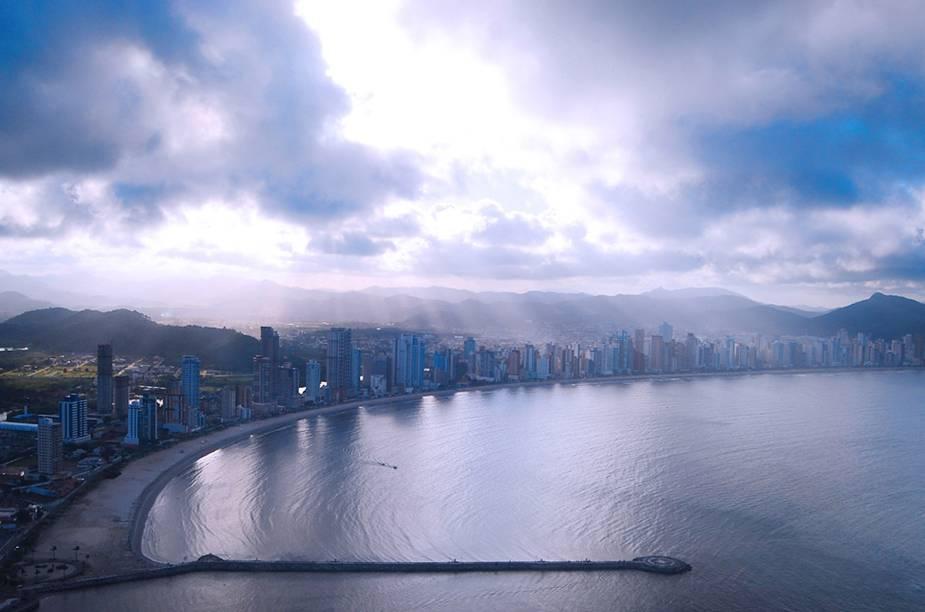 Vista aérea da cidade de Balneário Camboriú (SC), que tem a orla cercada por arranha-céus e é conhecida pela agitação noturna