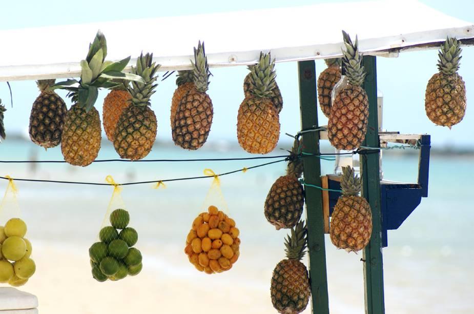 É comum ver barraquinhas vendendo frutas no caminho de Maceió até Barra de São Miguel