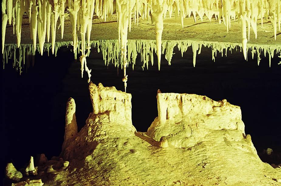"""<strong>2. Gruta Torrinha (Lençóis)</strong> Uma das grutas mais ricas do Brasil! É possível chegar até ela sem guia, mas a circulação pelos três percursos da gruta só pode ser feita com auxílio de um monitor do local. Quem visita precisa ter algum preparo físico para se espremer entre blocos de rocha e andar agachado até salões com helictites, flores de aragonita e uma sequência de 60 metros de estalactites.<em><a href=""""https://www.booking.com/searchresults.pt-br.html?aid=332455&lang=pt-br&sid=eedbe6de09e709d664615ac6f1b39a5d&sb=1&src=searchresults&src_elem=sb&error_url=https%3A%2F%2Fwww.booking.com%2Fsearchresults.pt-br.html%3Faid%3D332455%3Bsid%3Deedbe6de09e709d664615ac6f1b39a5d%3Bclass_interval%3D1%3Bdest_id%3D258312%3Bdest_type%3Dlandmark%3Bdtdisc%3D0%3Bfrom_sf%3D1%3Bgroup_adults%3D2%3Bgroup_children%3D0%3Binac%3D0%3Bindex_postcard%3D0%3Blabel_click%3Dundef%3Bmap%3D1%3Bno_rooms%3D1%3Boffset%3D0%3Bpostcard%3D0%3Braw_dest_type%3Dlandmark%3Broom1%3DA%252CA%3Bsb_price_type%3Dtotal%3Bsearch_selected%3D1%3Bsrc%3Dindex%3Bsrc_elem%3Dsb%3Bss%3DMorro%2520do%2520Pai%2520In%25C3%25A1cio%252C%2520%25E2%2580%258BLen%25C3%25A7%25C3%25B3is%252C%2520%25E2%2580%258BBahia%252C%2520%25E2%2580%258BBrasil%3Bss_all%3D0%3Bss_raw%3DMorro%2520do%2520Pai%2520In%25C3%25A1cio%3Bssb%3Dempty%3Bsshis%3D0%26%3B&ss=Len%C3%A7%C3%B3is%2C+%E2%80%8BBahia%2C+%E2%80%8BBrasil&ssne=Montanha+Pai+in%C3%A1cio&ssne_untouched=Montanha+Pai+in%C3%A1cio&checkin_monthday=&checkin_month=&checkin_year=&checkout_monthday=&checkout_month=&checkout_year=&no_rooms=1&group_adults=2&group_children=0&highlighted_hotels=&from_sf=1&ss_raw=Len%C3%A7%C3%B3is&ac_position=0&ac_langcode=xb&dest_id=-651759&dest_type=city&search_pageview_id=f9b98f58b0d50027&search_selected=true"""" target=""""_blank"""" rel=""""noopener"""">Busque hospedagens em Lençóis</a></em>"""