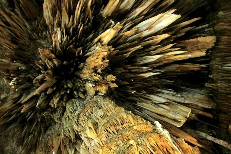 A grande quantidade de estalactites da Caverna do Diabo, no interior de São Paulo, impressiona os visitantes
