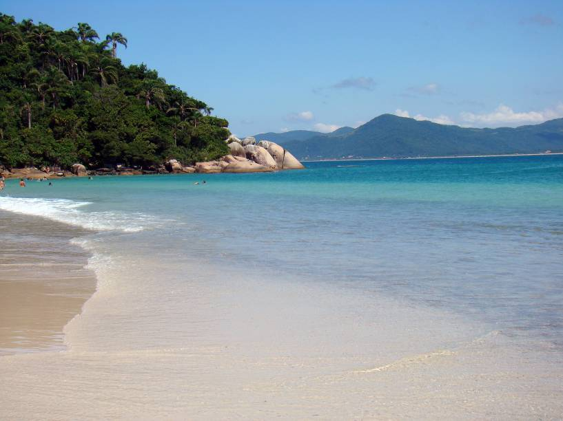 """<a href=""""http://viajeaqui.abril.com.br/estados/br-santa-catarina"""" rel=""""Florianópolis (SC) """" target=""""_blank""""><strong>Florianópolis (SC) </strong></a>                Floripa foi carinhosamente apelidada como Ilha da Magia. A mágica está no fato da cidade ser uma capital, e ao mesmo tempo, ter praias incrivelmente preservadas e algumas até selvagens. A Mata Atlântica é cenário constante junto ao mar limpo e areias claras. Na foto: a <a href=""""http://viajeaqui.abril.com.br/estabelecimentos/br-sc-florianopolis-atracao-ilha-do-campeche"""" rel=""""Ilha do Campeche"""" target=""""_blank"""">Ilha do Campeche</a>                <a href=""""http://www.booking.com/city/br/florianopolis.pt-br.html?aid=332455&label=viagemabril-voltapelobrasil"""" rel=""""Veja hotéis em Florianópolis no booking.com"""" target=""""_blank""""><em>Veja hotéis em Florianópolis no booking.com</em></a>"""