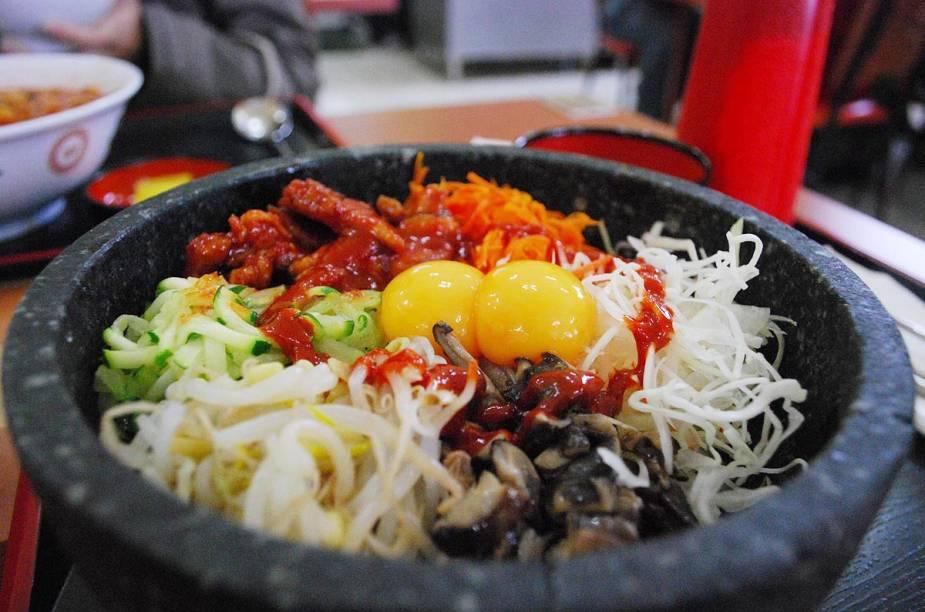 A culinária coreana é tão importante para o povo do lado de lá que tem até nome: Hansik. Os pratos são resultados apetitosos de 5 mil anos de experiência. Todo o conhecimento acumulado através de gerações sobre as melhores épocas de colheita, os jeitos de estocar e conservar alimentos para épocas de escassez, foi aproveitado em favor do paladar. Conheça, nesse álbum de fotos, os pratos mais famosos da gastronomia das Coreias