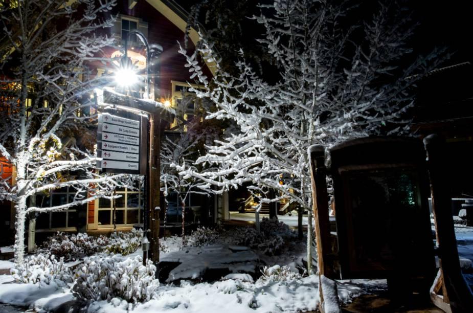 A infraestrutura hoteleira, de serviços e restaurantes está concentrada na cidade de Aspen e na vila de Snowmass, distante cerca de 20 quilômetros.