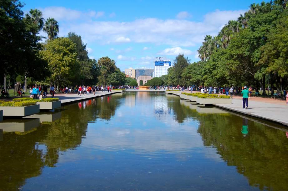 """O <a href=""""http://viajeaqui.abril.com.br/estabelecimentos/br-rs-porto-alegre-atracao-parque-da-redencao-farroupilha"""" rel=""""Parque da Redenção"""" target=""""_blank""""><strong>Parque da Redenção</strong></a> é o lugar ideal para levar a dupla cuia e garrafa térmica e tomar um chimarrão, bem ao modo dos porto-alegrenses. O parque mais tradicional da cidade tem monumentos, palmeiras, pedalinhos, minizoo e orquidário. Todo domingo, é sede do Brique da Redenção, feira de antiguidades e artesanato."""